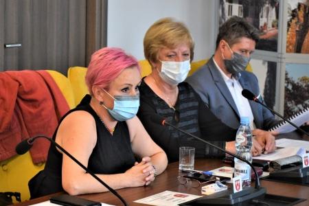 od lewej na pierwszym planie przemawia Paulina Polak (dotychczasowy Członek Zarządu), wicestarosta Krystyna Kowalewska, radca prawny Piotr Piątek