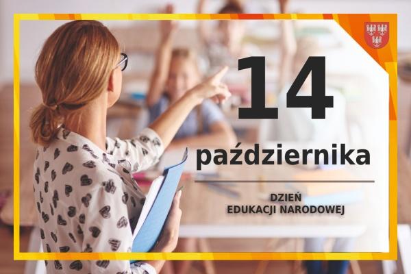Grafika ze zdjęciem nauczycielki wskazującej palcem na zgłaszające się do odpowiedzi dzieci